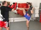 Campino landet beim Training mit André Allerdisse einen hohen Frontkick in die Pratze