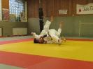 Ein Selbstfallwurf (Sutemi), bei dem der Gegner mit zu Boden gezogen wird
