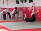 Trainer Anton Krischer zeigt, wie durch richtiges Abrollen Verletzungen vermieden werden.