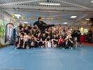 Eine Photo-Bomb der besonderen Art: Scott Adkins fliegt ins Gruppenbild. Foto: Matias Möller