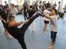 Los ging das Power Kicking Seminar mit einigen leichten Tritten zum Kopf. Foto: Achim Albers