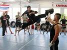 Scott Adkins zeigt einen eindrucksvollen Kick zum Kopf, natürlich im Spagat. Foto: Achim Albers