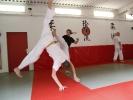 Einem Tritt entkommt man im Capoeira durch akrobatisches Ausweichen