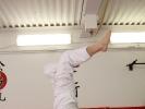 Mario zeigt, wie man im Capoeira mit dem richtigen Schwung eine Radwende macht