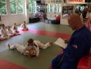 KAMINARI-Trainer-Eric-Froemer-als-Pruefer-bei-der-Judo-Kyu-Pruefung-bei-KAMINARI