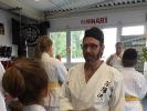 KAMINARI-Trainer-Peter-Belz-zeigt-wo-der-Fusstritt-hingehen-soll