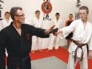Jiu-Jitsu-Trainer Udo Seidel (li.) demonstriert die Abwehr gegen einen Angriff mit Pistole.