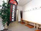 Die gepflegte Damenumkleide in der Sportschule KAMINARI bietet einen direkten Zugang zu den Toiletten und Duschen.