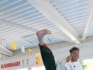 Hohe Tritte gehören zum Karate dazu: KAMINARI-Trainer Elvis Llapjani zeigt, wie es geht