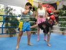 Ein gezielter Low-Kick unter dem wachen Blick von KAMINARI-Trainerin Martina Görz