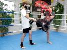 Leichte Treffer in Partnerübungen: Kickboxen für Kinder bei KAMINARI