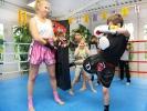 Das Training an der Pratze gehört bei KAMINARI auch beim Kids-Kickboxen dazu