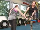 KAMINARI-Trainerin Freya Gessner demonstriert die Entwaffnung eines Gegners.