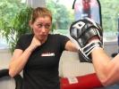 Das Krav-Maga-Training bei KAMINARI besteht auch aus Schlag- und Tritttechniken. Freya Gessner zeigt, wie es geht.