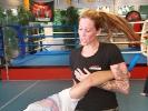 Trainerin Freya Gessner zeigt einen fürs Krav Maga typischen Kniestoß mit folgender Abwehrtechnik.