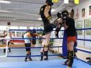 Im Thai-Boxen gehören gesprungene Kniestöße zum Kopf ebenso dazu, wie eine sichere Deckung.
