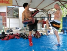 Trainer Tom Merz (re.) im Training mit Ex-Champion Kim auf Ko Samui in Thailand (Februar 2013)